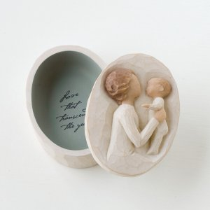 続いていくたった一つの愛  孫を抱き上げるそのとき、新しく祖母となる女性の心の内にこみ上げる想いは、...