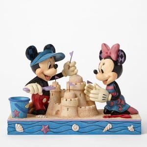 ミッキーとミニーは、海辺でもいつも注目のまと! かわいい夏の衣装に身を包んで、砂のお城を楽しそうに作...