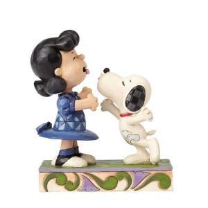 うわっ、犬とキスしちゃったわ!  この微笑ましいフィギュアは「うわっ、犬とキスしちゃったわ!」のシー...