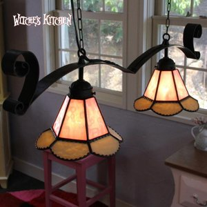『シンドリー』にアイアンベースの2灯ペンダントランプ登場です。ピンクとミルキーホワイトを使った可憐な...