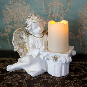ホルダーの傍にお座りをする可愛らしい天使のオブジェ。<BR> 本物のろうそくのようにゆら...