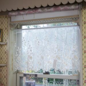 コットン刺繍のお花やリーフ柄が可愛らしい 「コットンフラワー」シリーズのカフェカーテンです。  アン...