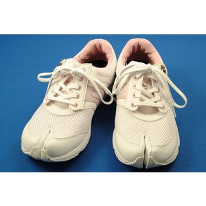 看護師の声から生まれた、あたらしい足袋型シューズ ラフィート ナース ホスピタルピンク|wondershoes