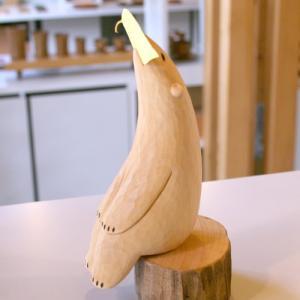 木彫り くま  おすわりぐま 小 切り株付き  うぃるびぃ工房 北海道 旭川クラフト|wood-l
