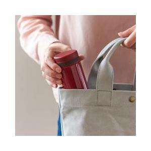 直径約5.5cmとスリムで持ちびやすいステンレスボトル。ふたにグリップがついているので、開けやすいの...
