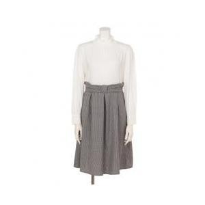 無地のブラウスにチェック柄スカートを合わせた様な、品の良いコーディネートスタイルが完成するドッキング...