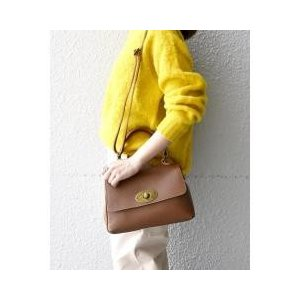 しっとりとした柔らかな素材感がなじみやすく、使い心地の良さが魅力のフラップバッグ。クラシカルなデザイ...