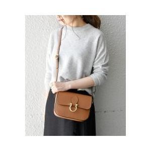 フロントの金具がポイントのショルダーバッグ。シンプルなデザインで上品な印象を与えてくれます。合わせる...