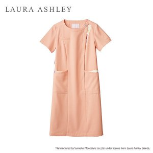 ローラアシュレイらしい上品なパステルカラーと可憐な花柄の組み合わせが可愛いナース服。首元がすっきりと...