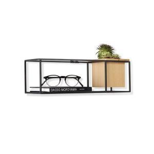 植物と一緒に本やフレームが飾れるスチール製シェルフ。専用のビスで壁に掛けることが可能。 机の上にある...