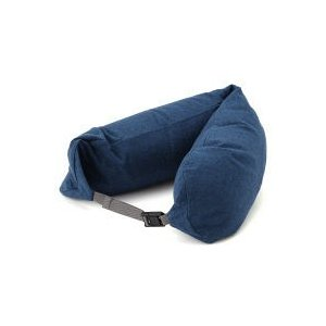 機内で寝ているときに顔を覆うフードつきのネッククッション。使わないときには収納できます。 機内で寝て...