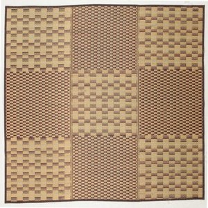 八丈島に伝わる草木染めの絹織物「黄八」 をイメージしてデザインされた和モダンテイストのい草ラグ。風情...