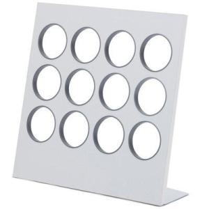 スリッパをディスプレイするように収納します。1つのホールに片方づつ、計6足のスリッパが収納できます。...