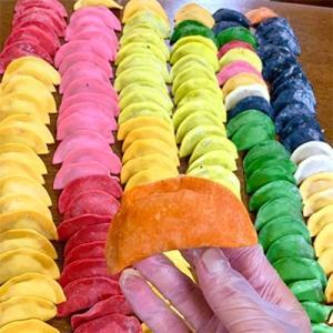 葛飾区 ふるさと納税 カラフル餃子の皮7袋[白 翡翠 赤 黒 橙 若葉 紫] (1袋約300g)