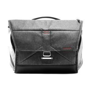 通勤や通学にも使用できる、カメラメッセンジャーバッグです。