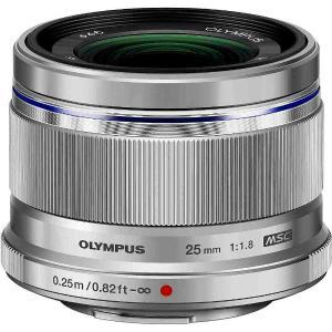 明るい開放絞り値F1.8と、35mm換算で50mmの焦点距離の小型軽量の高画質な標準レンズ。 肉眼で...