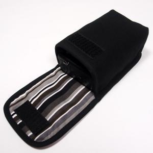 コンパクトなボディによく合う手触りのよいオックス、プリントファブリックを使ったケースです。  布製で...