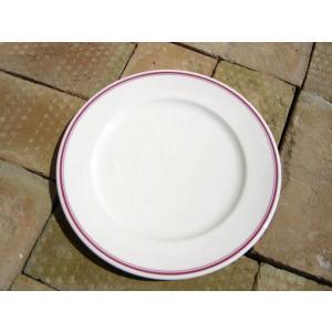 縁を彩る紅色のラインがおしゃれな、20cmサイズのリム皿。 強化磁器製品なので、扱いやすいのが嬉しい...