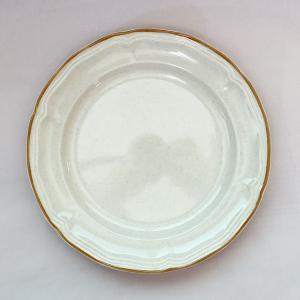 リムに茶線とレリーフが施された、淡いベージュ色のお皿。 全体的に温かみのある印象のデザインです。 銘...