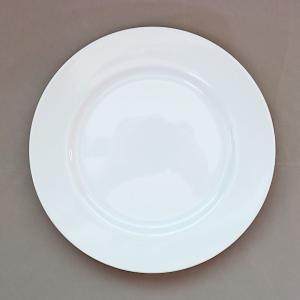 わずかにグレーがかった感じのする白いリム皿。 朝食のパン皿や、ロールケーキ、カップケーキのお皿にちょ...