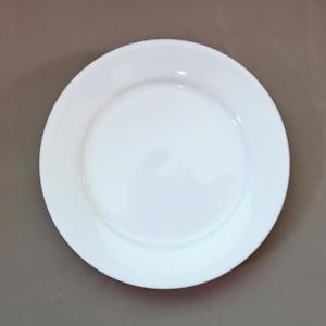 ケーキ皿にピッタリな、直径19.1cmの白いリム皿。 朝食のパン皿にして、ポテトなどを添えてもいい感...