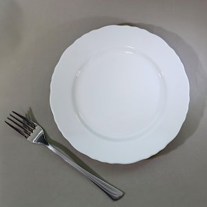 縁のフリルが可愛い、リム付の白いケーキ皿。 リム付でちょっと大きめな印象なので、シフォンケーキにホイ...