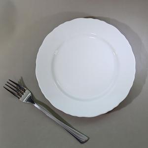30枚セット(10%OFF)でお買い得! 縁のフリルが可愛い、リム付の白いケーキ皿。 リム付でちょっ...