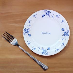 青いお花の絵柄が素敵に彩る、16cmサイズのパン皿。 小振りなケーキやお茶請けを載せたり、デザートカ...