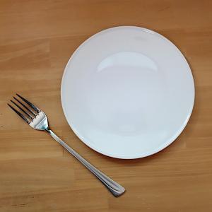 とてもフラットに近い形状の、18cmサイズの白いお皿。 ケーキやおやつを載せたり、副菜を載せたり。 ...