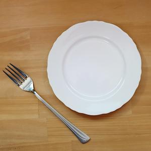 縁が可愛いフリルになっている、16.7cmサイズのリム皿。 パン皿やケーキ皿に最適です。  サイズ:...