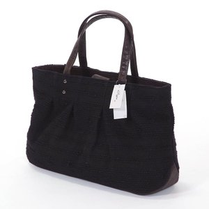 嵐山ブランドのおしゃれなバッグです。刺繍の様な横のラインの模様の生地を使用したバッグです。マグネット...
