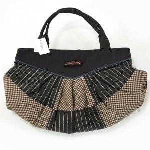 嵐山よしむらブランド レトロ感のあるおしゃれなバッグです。 横長でギャザーが入ったデザインです。木製...