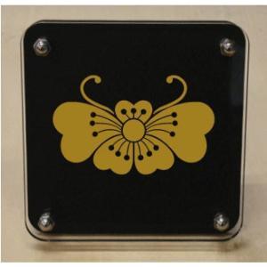 家紋盾 【桜胡蝶】二層式で立体的なスタンド型の商品です。家紋盾の納期は、御注文頂いてから1〜3営業日と短納期で発送いたします。|yamato-design