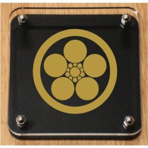 丸に梅鉢 家紋盾150mm スタンド式の家紋盾【丸に梅鉢】 金色家紋(黒色の裏板)が一番人気です|yamato-design