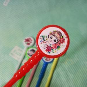 昭和のマドラー6色6本セットです。 持ち手の部分に昭和を感じる女の子や男の子や花のイラストのシールが...