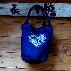 藍染 バケツ型 トートバッグ 型染め 手染め オリジナルなハートのバラ キャンバスバッグ小|yatsugatakestyle