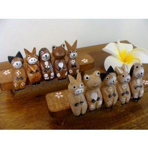 人気のネコちゃんから始まりカエルさんワンちゃんウサギさんブタさんと5つのアニマルが専用のベンチに座っ...