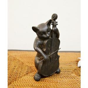 ブロンズ調に仕上がられたネコちゃんのオブジェ♪  チェロを優雅に演奏してます♪  少し大きめのオブジ...