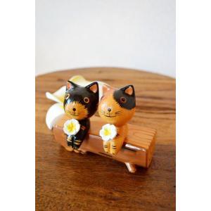 かわいいバリネコシリーズから丸太に座るカップルネコ☆  二人で丸太に座り花を持って笑顔がとてもかわい...