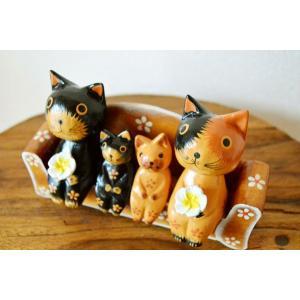 当店自慢のバリネコちゃん!  子猫と親猫さんで家族写真を撮っている様です♪  家族の温もりを感じるネ...