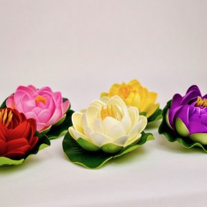 【サイズ】 スポンジ素材の蓮のオブジェです。 手のひらサイズのカラフルロータス造花は 水に濡れても大...