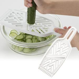 ■裏返すと大根おろし器として使えるスライサー 野菜の下ごしらえに便利な3役使えるスライサー。 薄切り...