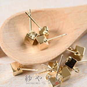 ゴールドのキューブがクールなイメージの紗や工房オリジナルピアスです♪ カン付きなので、チャームやパー...