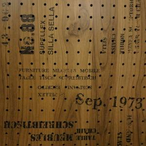 有孔ボード パンチング 穴あきボード 当店オリジナル 木目調英字入り 強化紙+合板 ブルックリンアル...