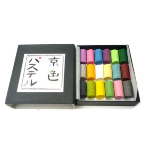 手のひらに京の色を...京色パステル。 ・ケースサイズ(約):8.4cm×9.3cm×2.5cm ・...
