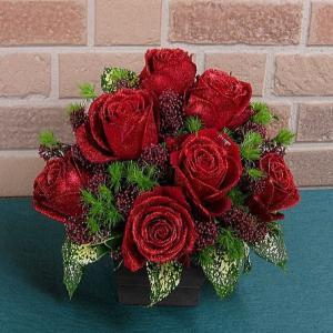 誕生日のプレゼントや結婚記念日等お祝いに人気のキラキラ光る特選大輪赤バラのフラワーアレンジメント 花びらメッセージ&オシャレなレッドラメ yummy