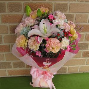 誕生日のプレゼントや結婚記念日、いい夫婦の日のフラワーギフトに翌日配達・あすつく特選花束・デザイナーにおまかせ:5400円お届け商品画像送信サービス|yummy