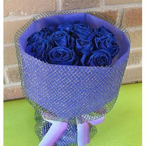 誕生日のプレゼントや結婚記念日等お祝いに人気の魅惑の青いバラがキラキラ光る青いラメの花束:ダズンローズ・ブルー&ブルー|yummy