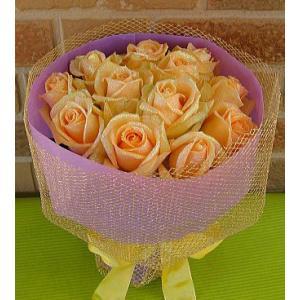 誕生日のプレゼントや結婚記念日等お祝いに人気のサプライズブーケ:キラキラ光るバラの花束・ダーズンローズ エレガントなピーチパールラメ|yummy