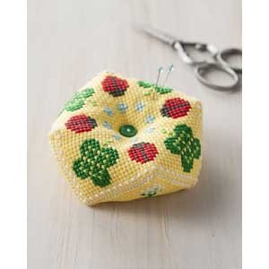 正方形の2枚の布をつなぐだけで、簡単に八角形のピンクッションができあがります。 初めてでも簡単に作れ...